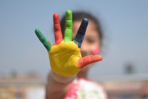 lapsen värikäs käsi
