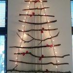 Yhteinen joulukuusiaskartelu seinälle.