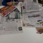 Sanomalehtien lukemista.