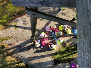 Lapset syömässä eväitä lintutornin alla, kuva otettu ylhäältä lintutornista.