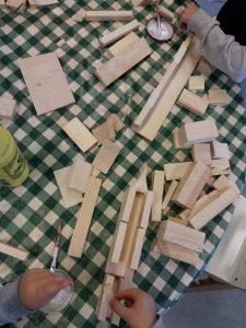Puupalikoista rakentamista.
