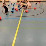 Lapsia pelaamassa pallojen kanssa.