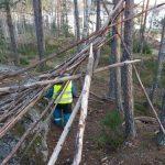 Lasten rakentama maja metsässä.
