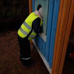 Lapsi kurkistaa kiipeilytelineen aukosta.