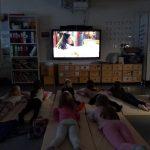 Lapsia katsomassa elokuvaa.