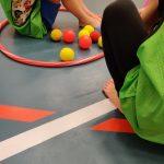 Lapsia liikuntasalin lattialla.