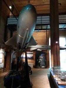 Sotakalustoa merimuseossa.