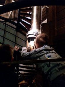 lapsi katsoo periskooppiin.