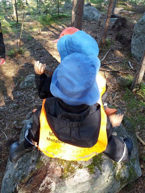 Lapset metsäretkellä