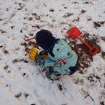 Leikkimässä lumessa