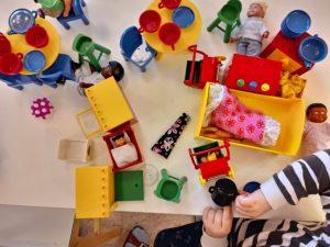 Kuvassa erilaisia legoja. vauva, sänky, vaunut, astioita, hyllyjä ja tuolit.