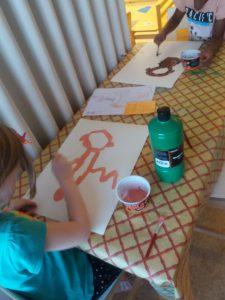 Lapset maalaavat kuvia itsestään.