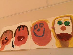 Maalatut omakuvat lasten kasvoista.