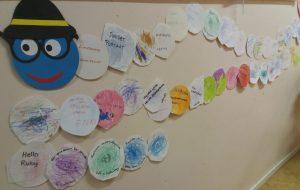 Lasten leikkaamia ja värittämä ympyröitä koottuna madoksi.