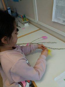 Lapsi koristelee sulilla virpomisoksaa.