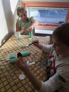 Lapset maalaavat vessapaperirullia.