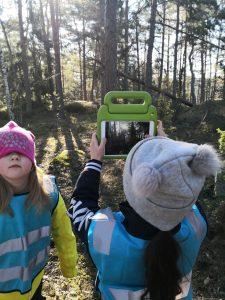 Lapsi ottaa valokuvaa auringosta tabletilla.