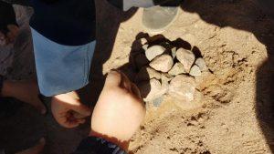 Kuvassa lapsi tekee hiekkakakkua.