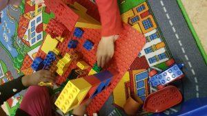 Lapset rakentelevat legoilla.