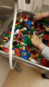 Kuvassa lapset pesevät leluja.