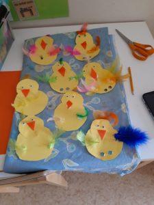 Kuvassa lasten askartelemia pääsiäistipuja.