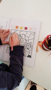 Kuvassa lapsi harjoittelee tunnistamaan numeroita.
