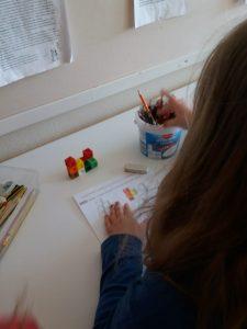 Lapsi tekee monistetta, jossa on mallirakentelu, jonka mukaan lapsi on rakentanut oman rakentelun.