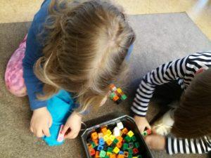 Lapsi tunnustelee pussia minkä sisällä on multilink rakentelu.