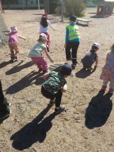 Lapsia kyykyssä pupujusseina.
