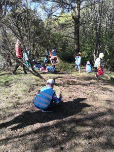 Lapset metsässä.