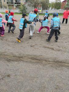 Lapset juoksevat kentällä väistellen polttopalloa.