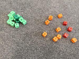 Multilinkkejä kahdessa kasassa, joista lapset arvioivat kummassa on enemmän.