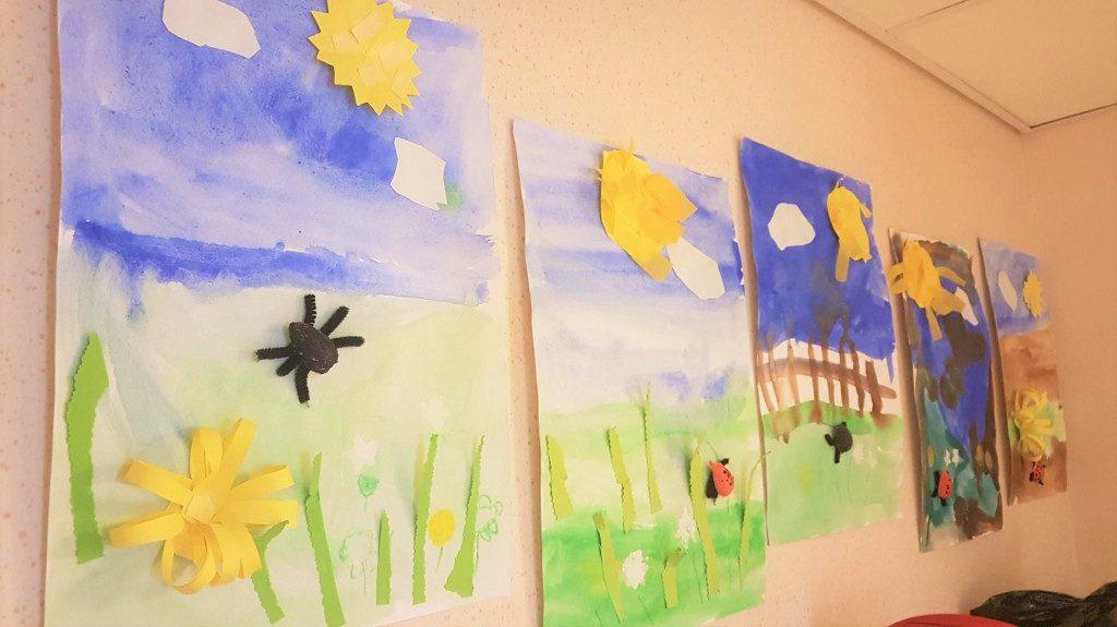 Kuvassa lasten tekemiä askarteluja kevään merkeistä.