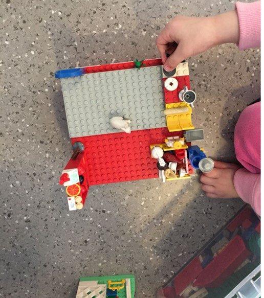lapsi rakentaa legoja.