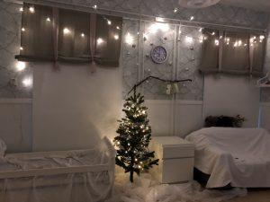 kuva leikkihuoneesta jossa jouluvaloja.