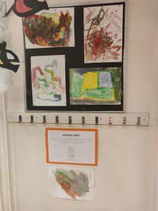 seinälle ripustettuna lasten maalamia kuvia Kalevalan Samposta.