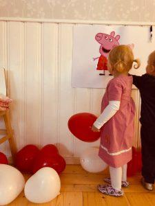 lapsi katsoo seinällä olevaa Pipsa Possun kuvaa.