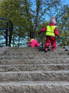 kaksi lasta kävelee ylös puiston portaita.