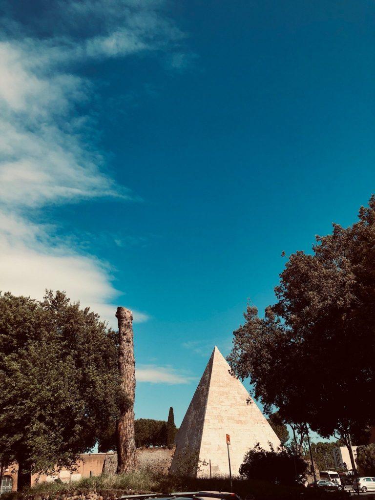 Cestiuksen pyramidi.