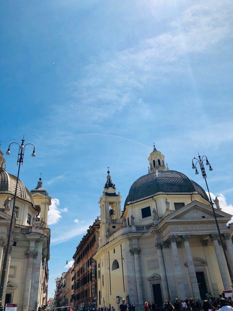 Piazza del Popolo -aukion rakennuksia.