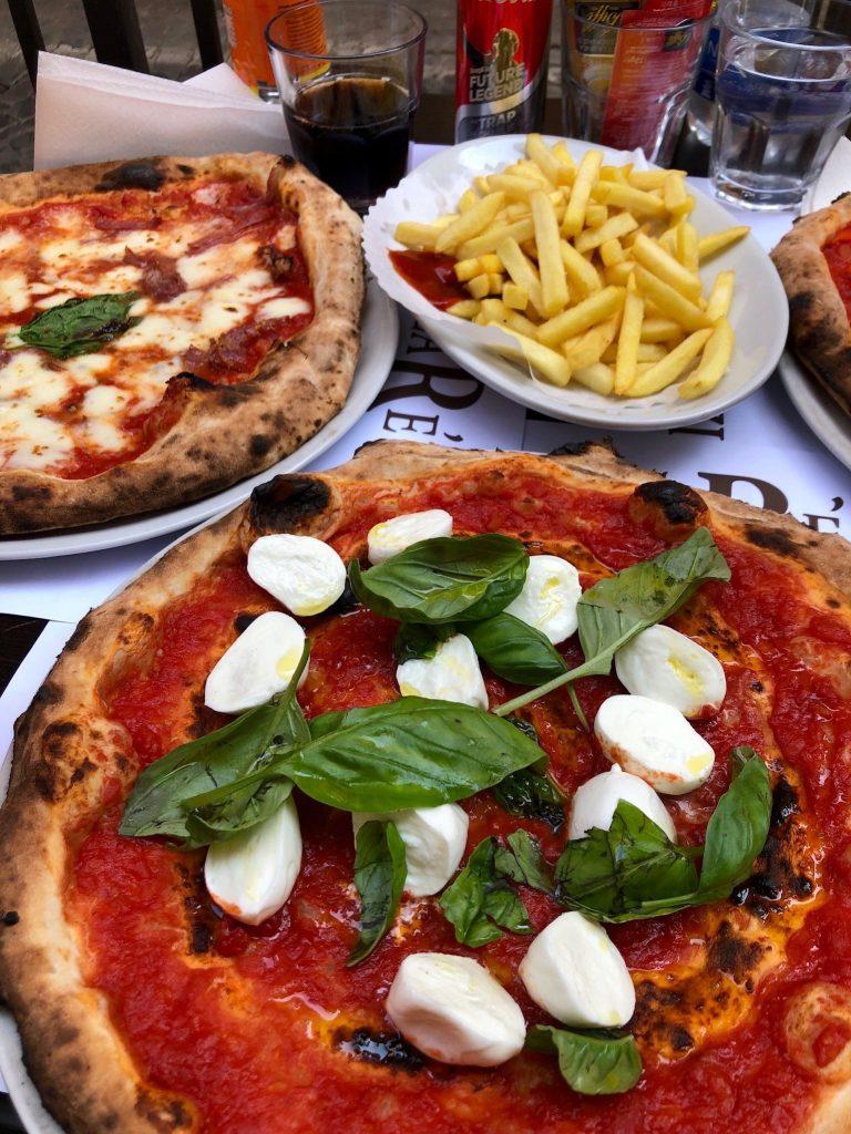 Pizzaa ja ranskalaisia.