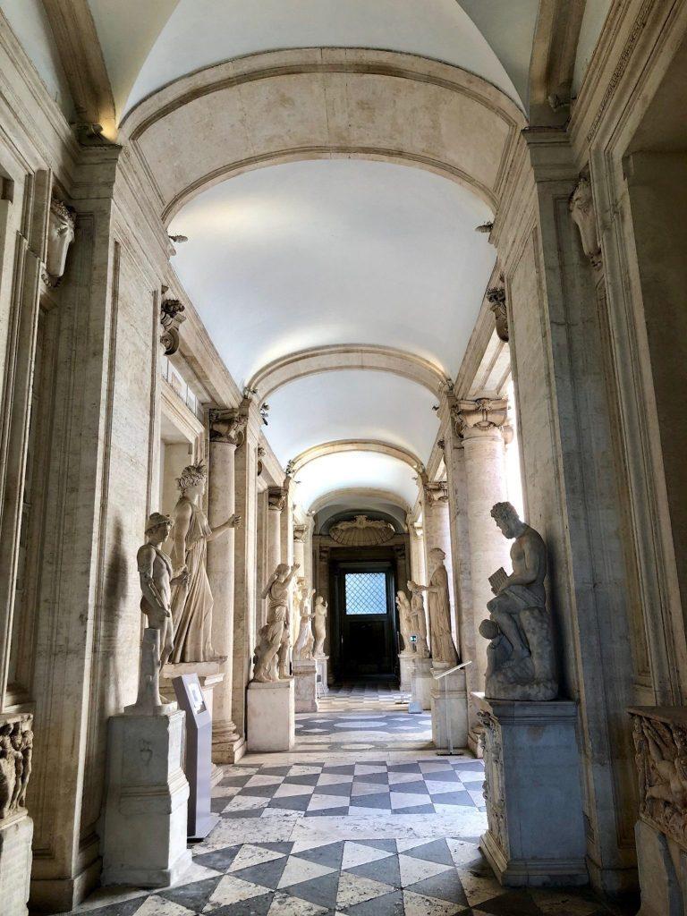Käytävä ja patsaita museossa.