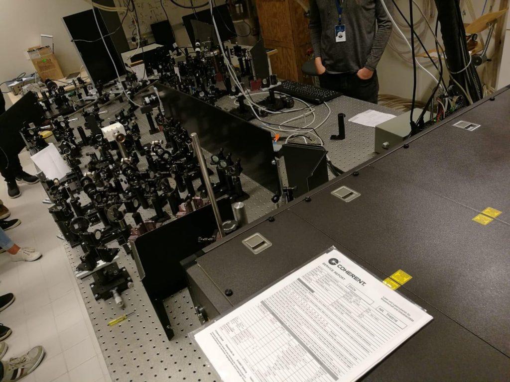 Nanotiedekeskuksen optiikkapöytä.