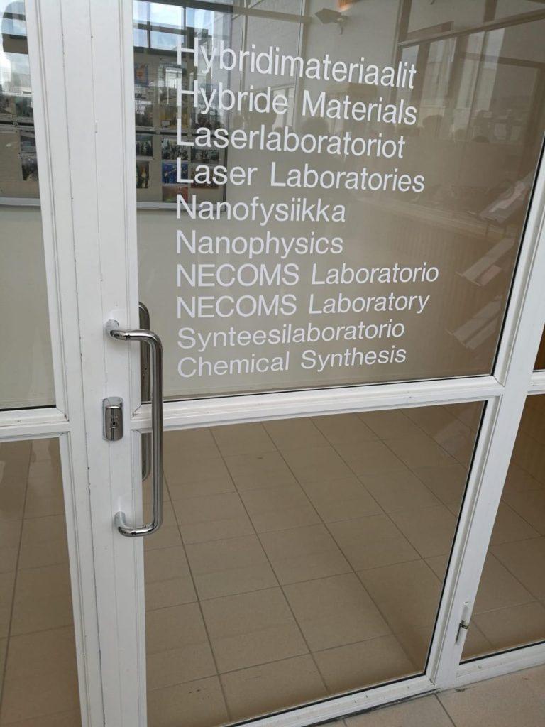 Nanotiedekeskuksen ovi.