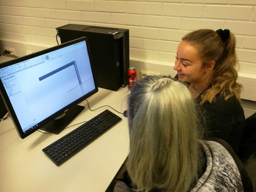 Kaksi opiskelijaa tietokoneen ääressä.