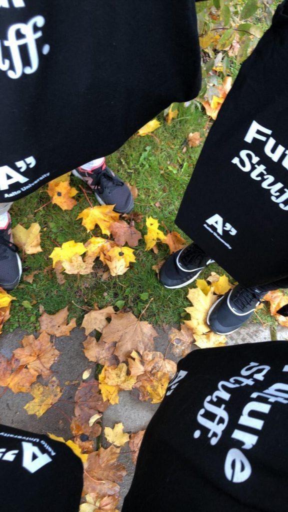 Kuvassa näkyy parin opiskelijan jalat ja Aalto-yliopiston kangaskasseja.