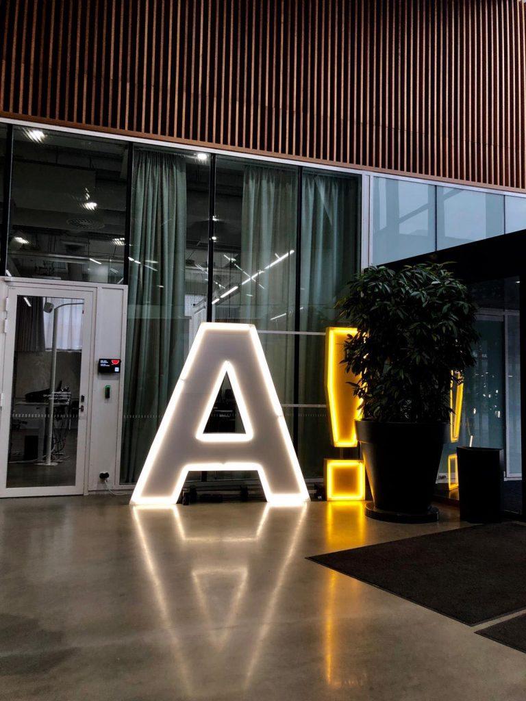 Aalto-yliopiston logosta tehty A-valokirjain.