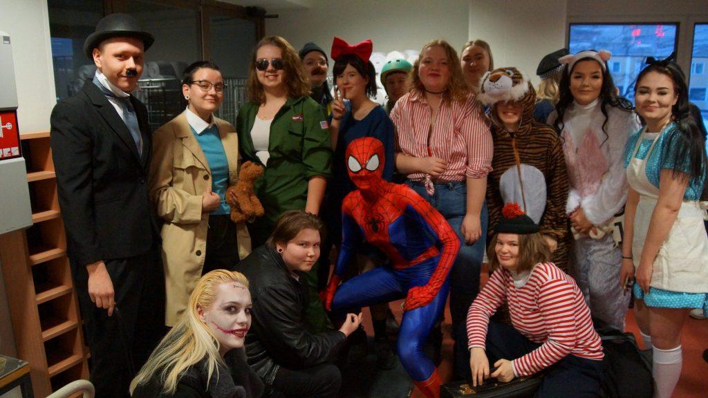 Charlie Chaplin, Jokeri, Hämähäkkimies ja muita naamiaisasuja.