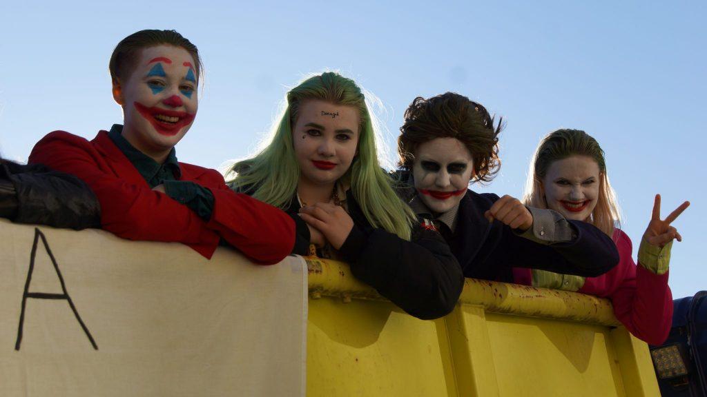 Jokeri ja muita hahmoja rekan lavalla.