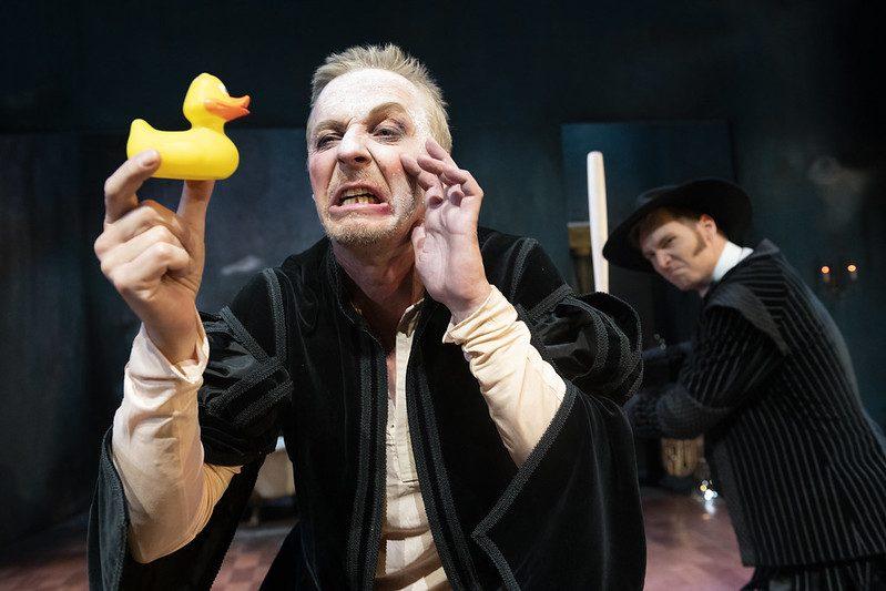 Kuva näytelmästä. Don Juan puhuu kumiankalle.
